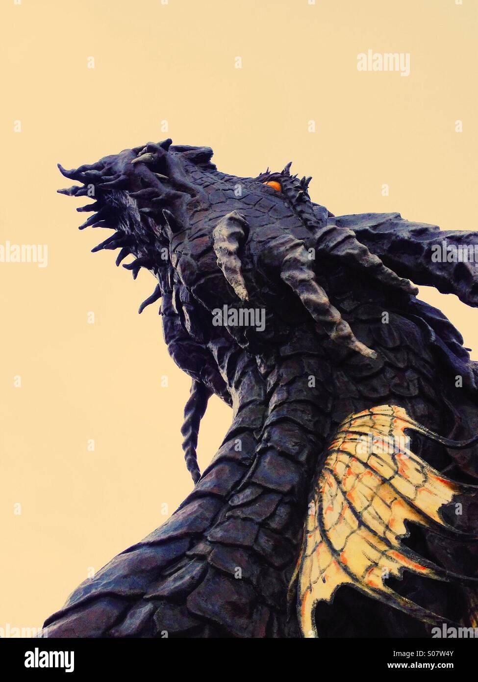 Angst vor dem Drachen. Eine Phantasie suchen Erfassung der Kopf des Drachen in den Himmel schweben, ein Gefühl Stockbild