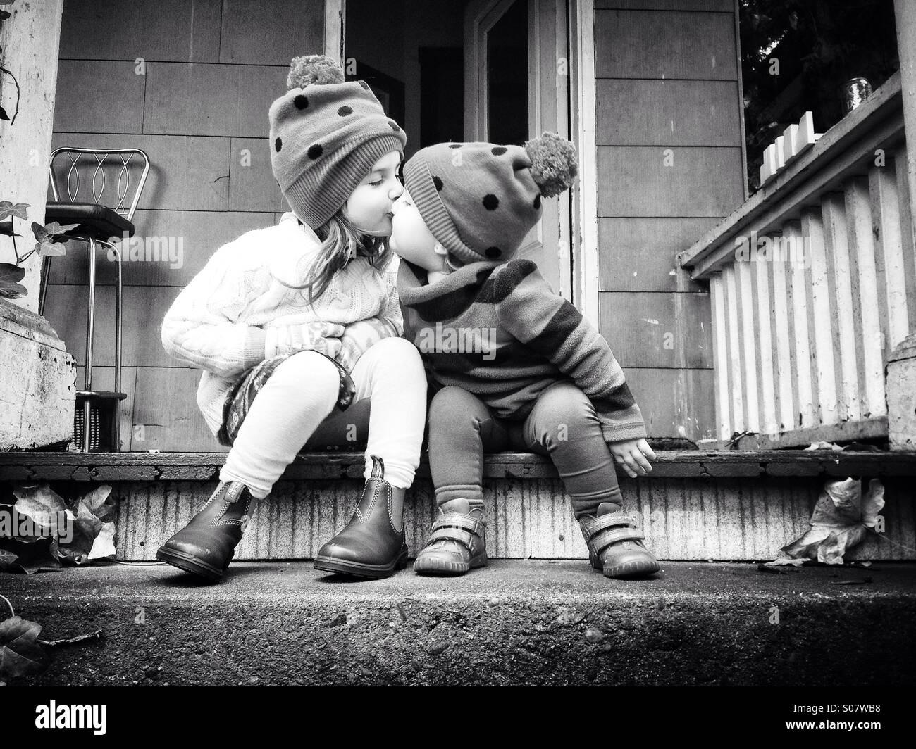 Schwesterliche Liebe Stockbild