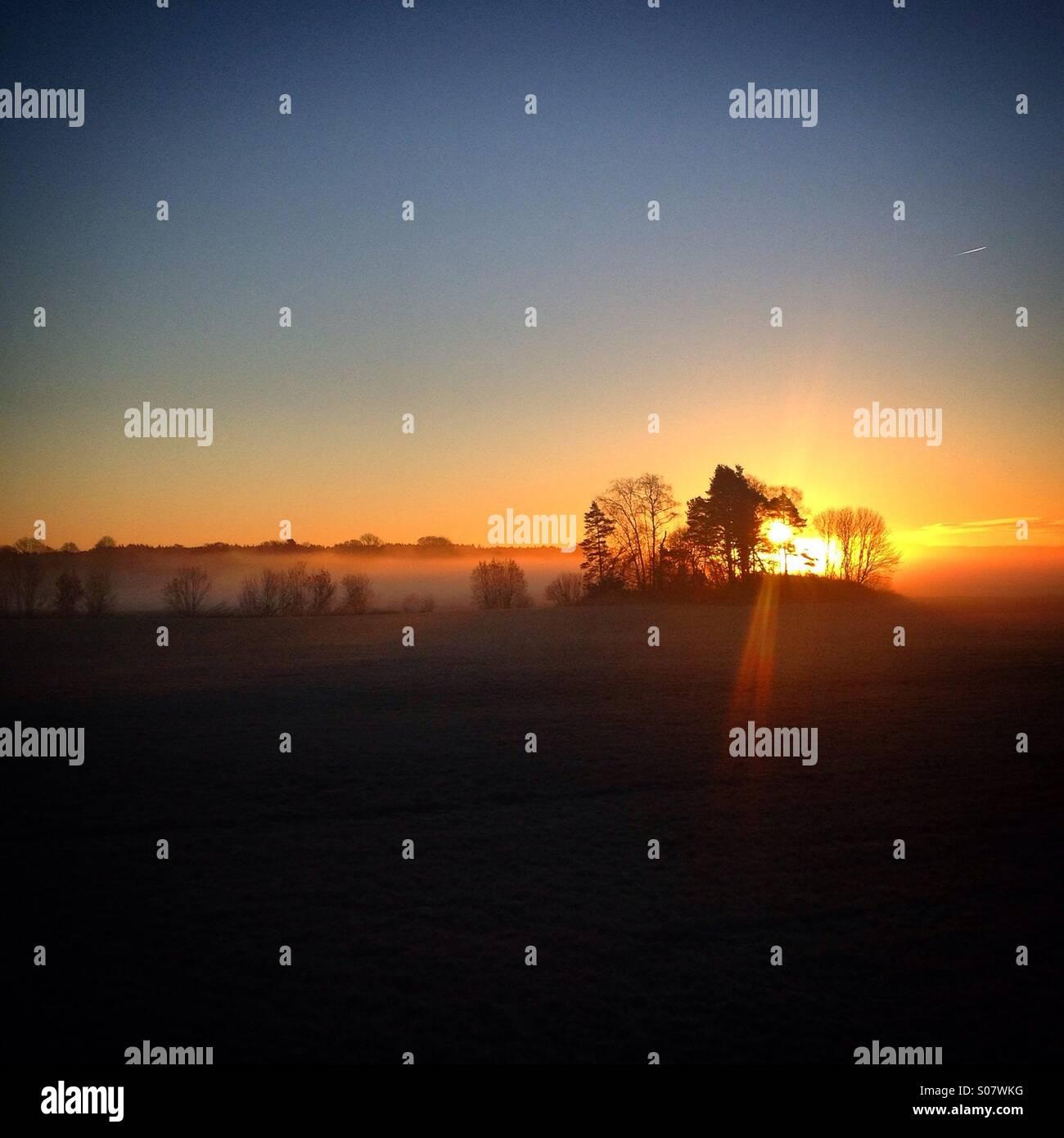 Sonnenaufgang über dem Meer Morgennebel in den Schären von Åland in der Ostsee zwischen Finnland Stockbild