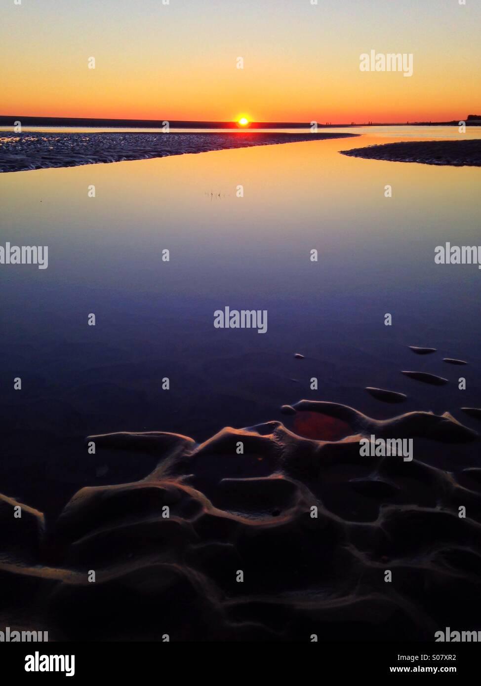 Abendlicht Schimmer aus Wellen in den Sand IG Sandbank an einem schönen Strand in SC. Stockbild