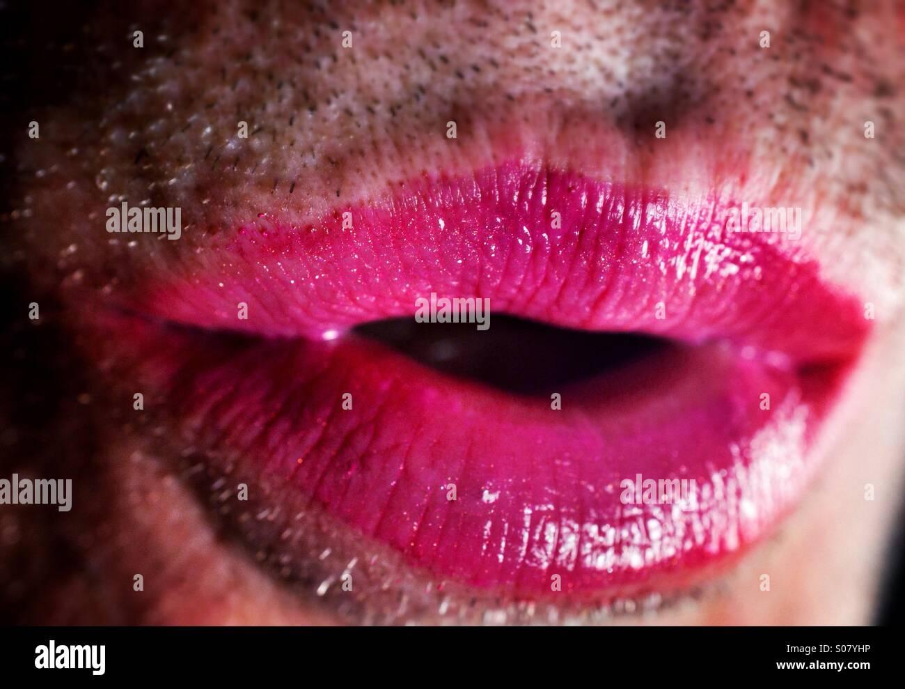 Nahaufnahme von unrasierten Mann trägt Lippenstift Stockbild