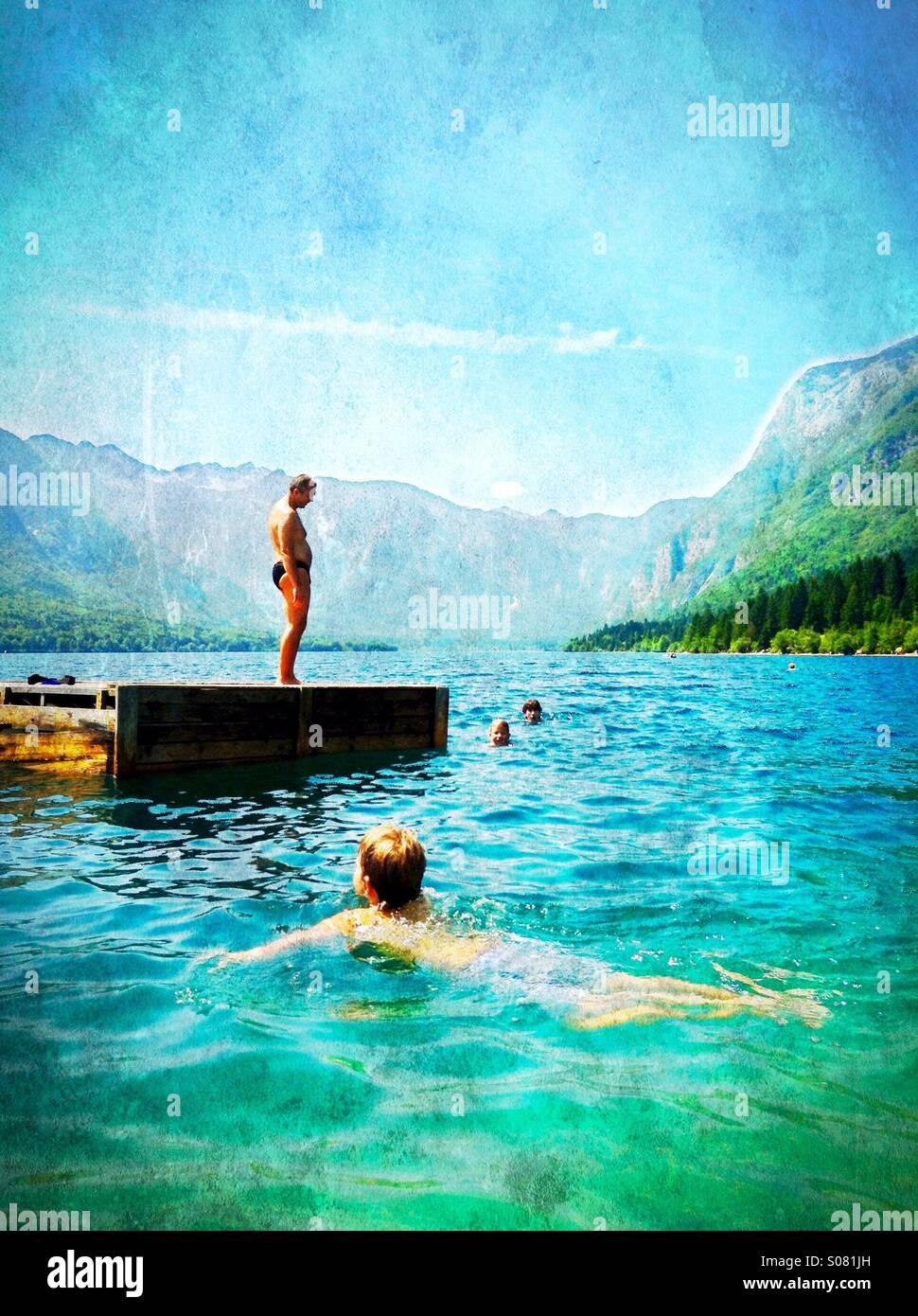Sommer schwimmen - Abkühlung im See Bohinj, Slowenien Stockbild