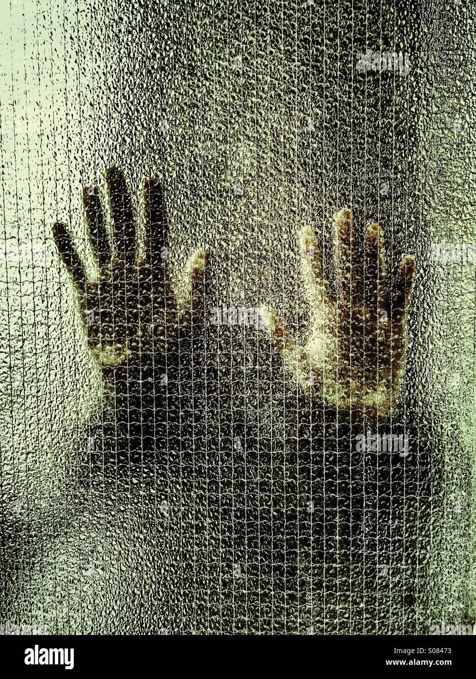 Mann hinter Glas Stockbild