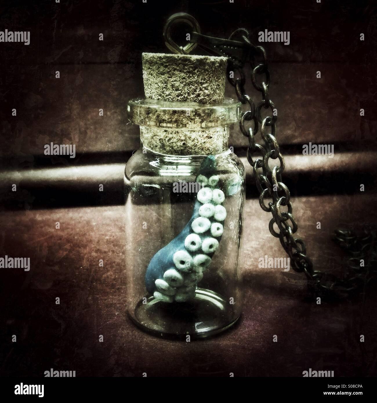 Tentakel in eine Flasche Steampunk curio Stockbild