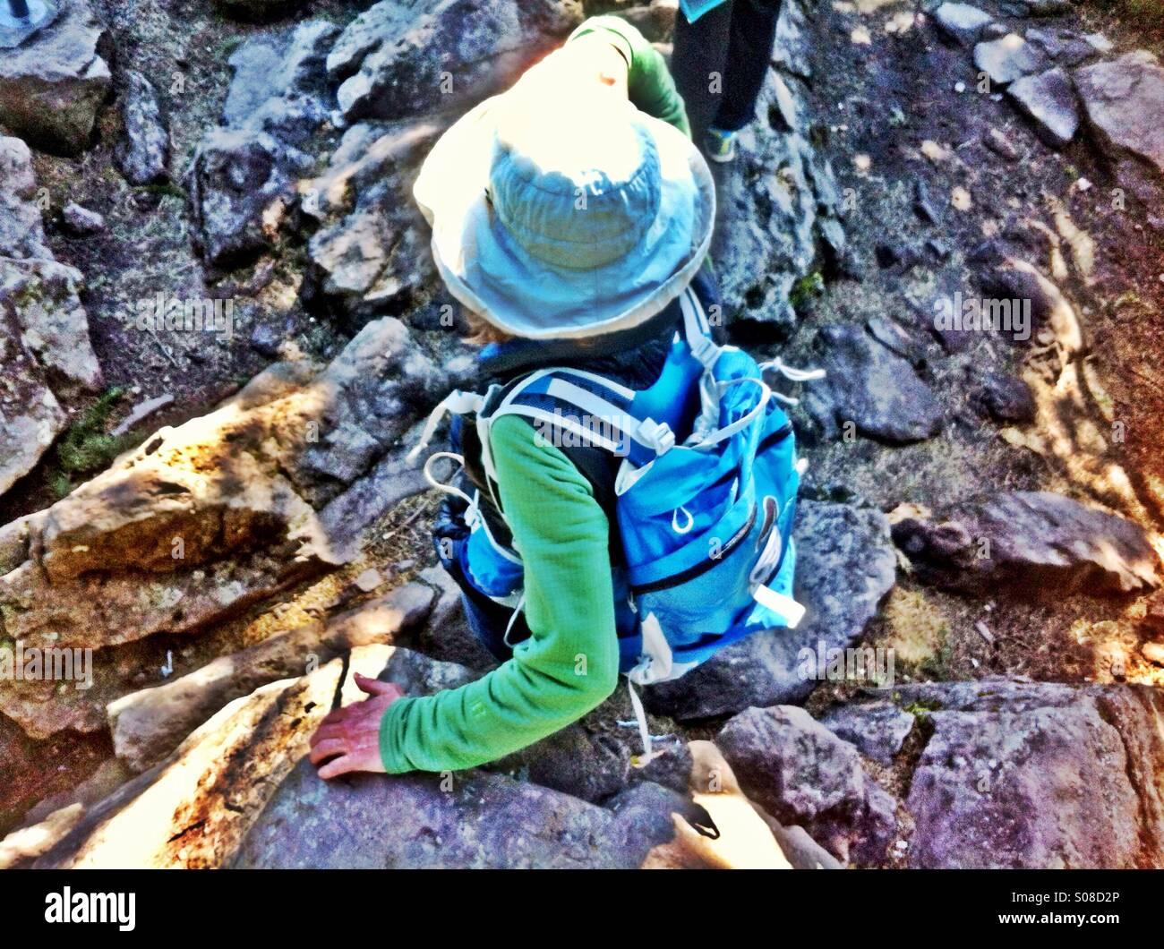 Frau auf felsigen Wanderweg Stockbild