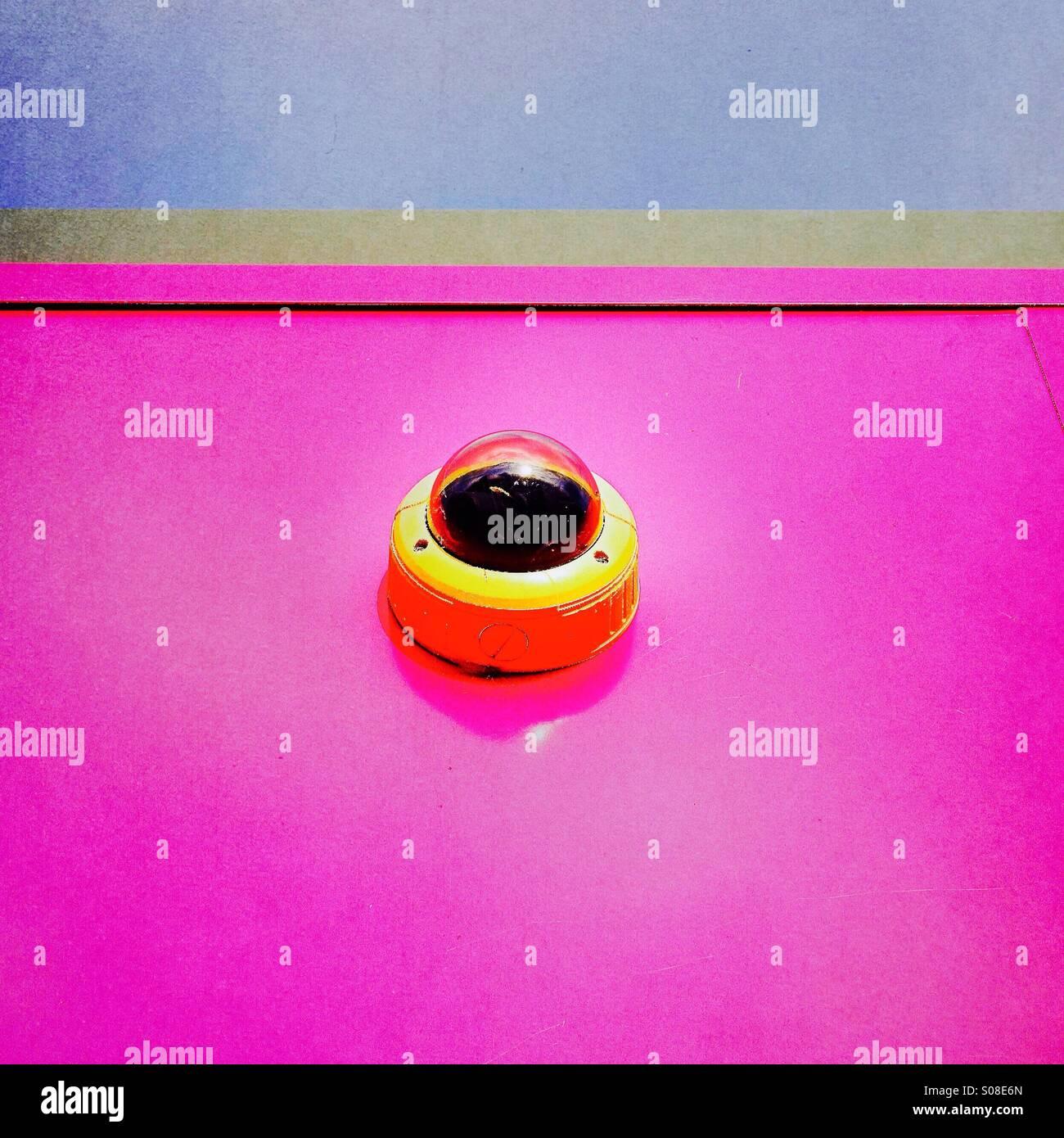 Abstrakt - Überwachungskamera an der Rosa Wand Stockbild
