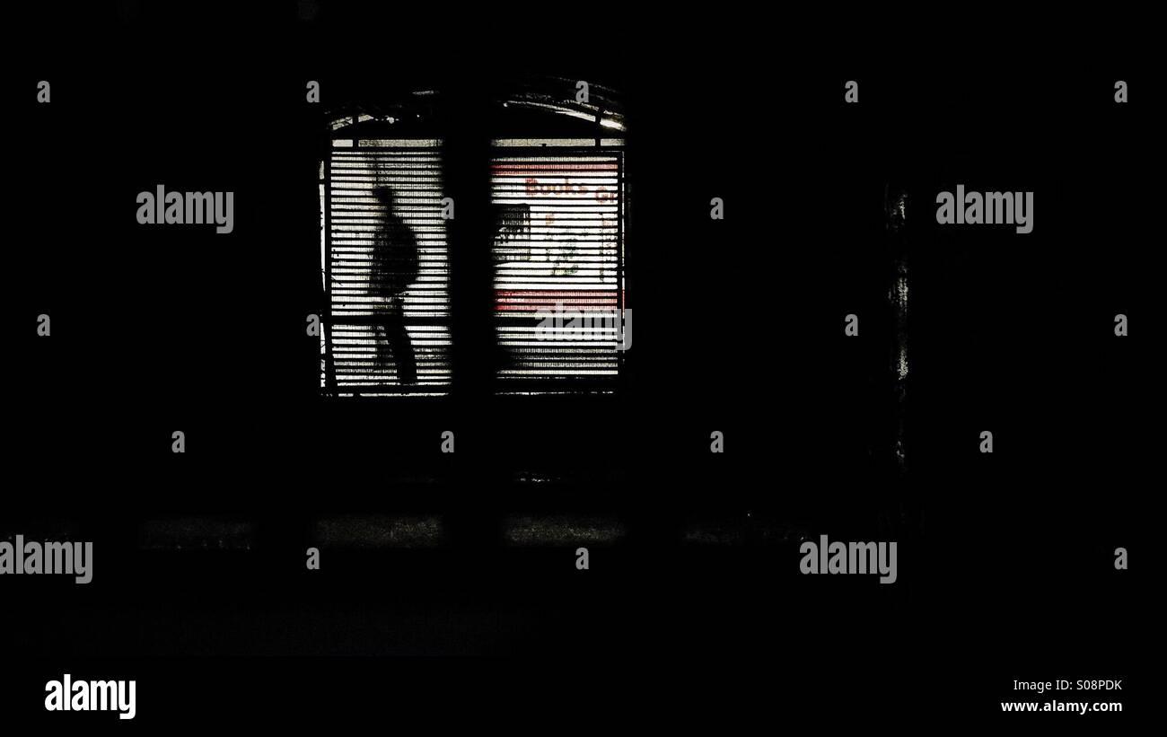 Durch das Gitter auf der unterirdischen Mann zu Fuß Stockfoto