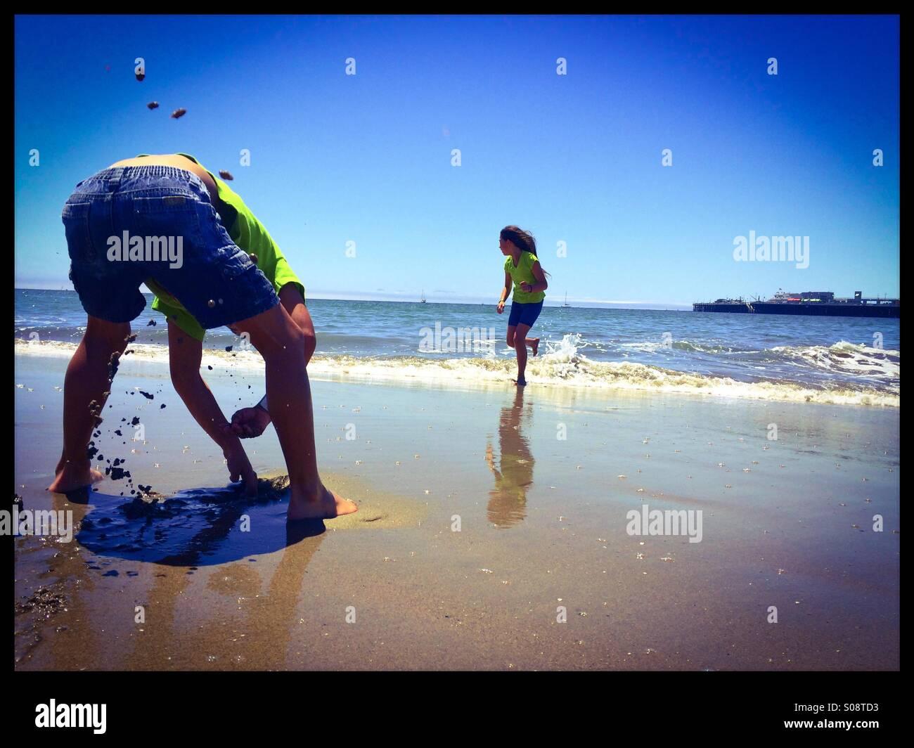 Zehn Jahre alt und sechs Jahre alten Bruder und Schwester spielen Seabright State Beach. Santa Cruz, Kalifornien, Stockbild