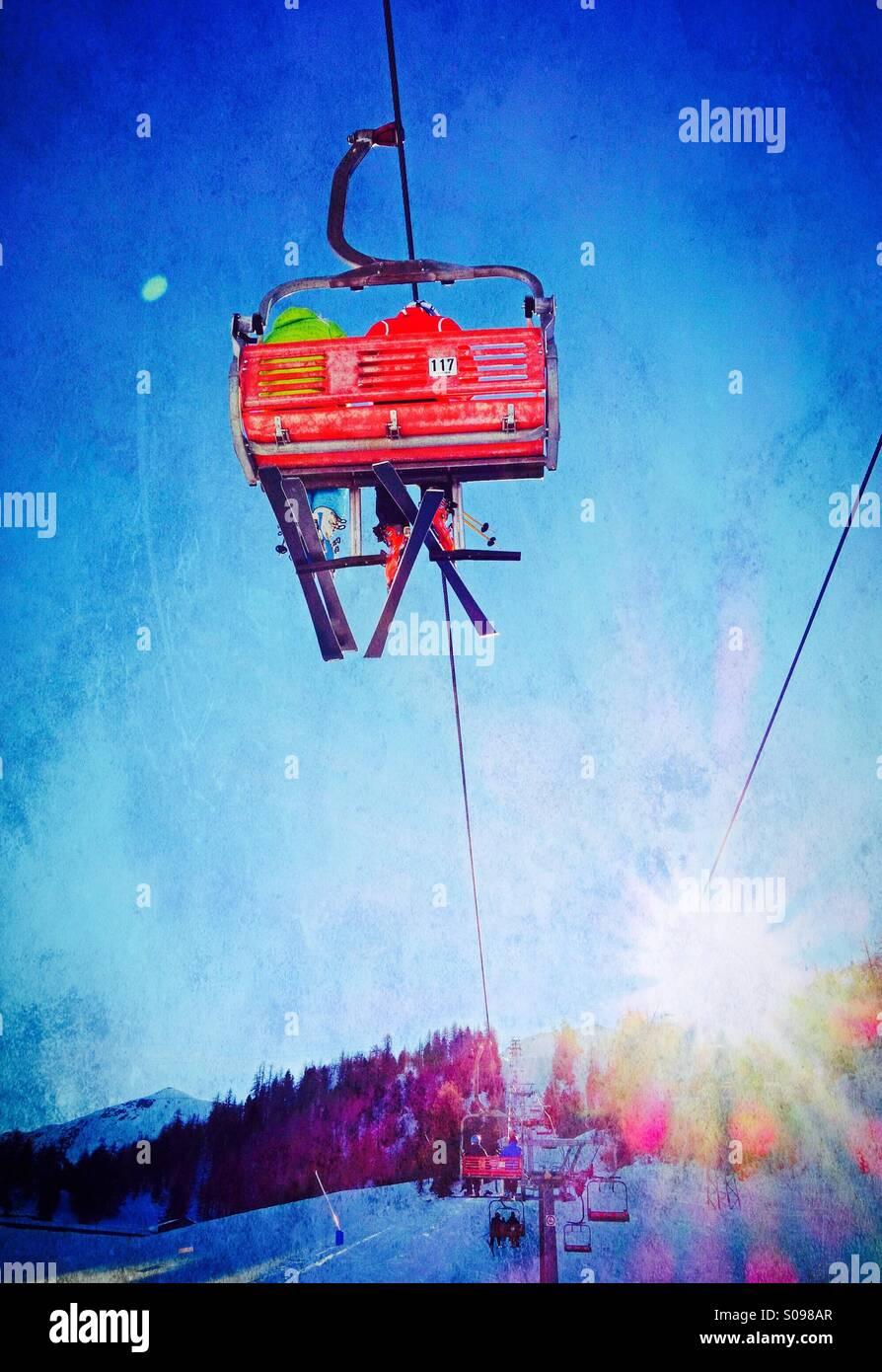 Skifahrer reiten ein Sessellift bis zum Gipfel Berges Stockbild