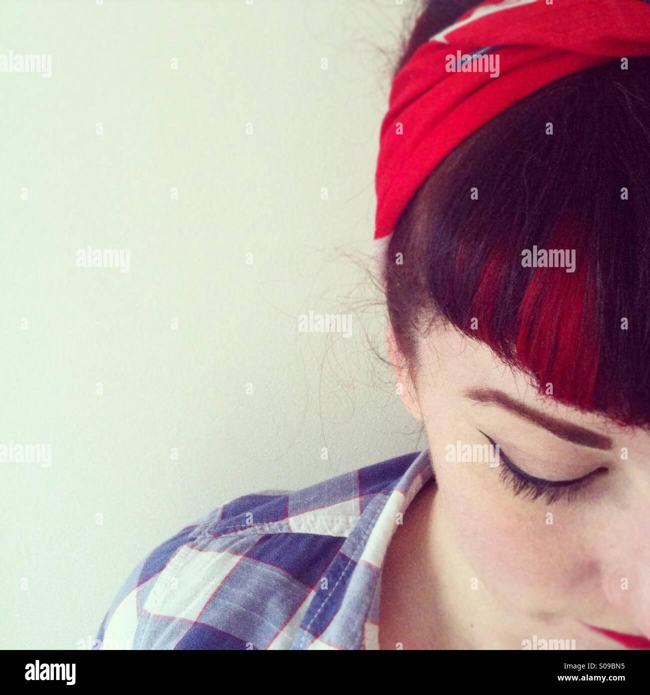 Off-Center-Porträt einer Frau mit Kopftuch und kariertes Hemd Stockbild