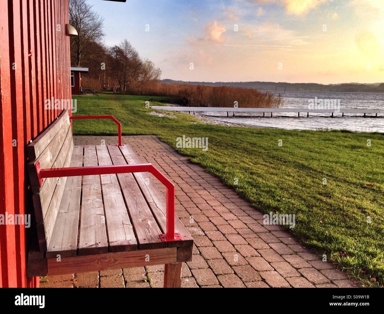 Skandinavischen Landschaften, Holzbank mit Blick auf einen See in der Mitte der Halbinsel Jütland in Skanderborg, Stockbild