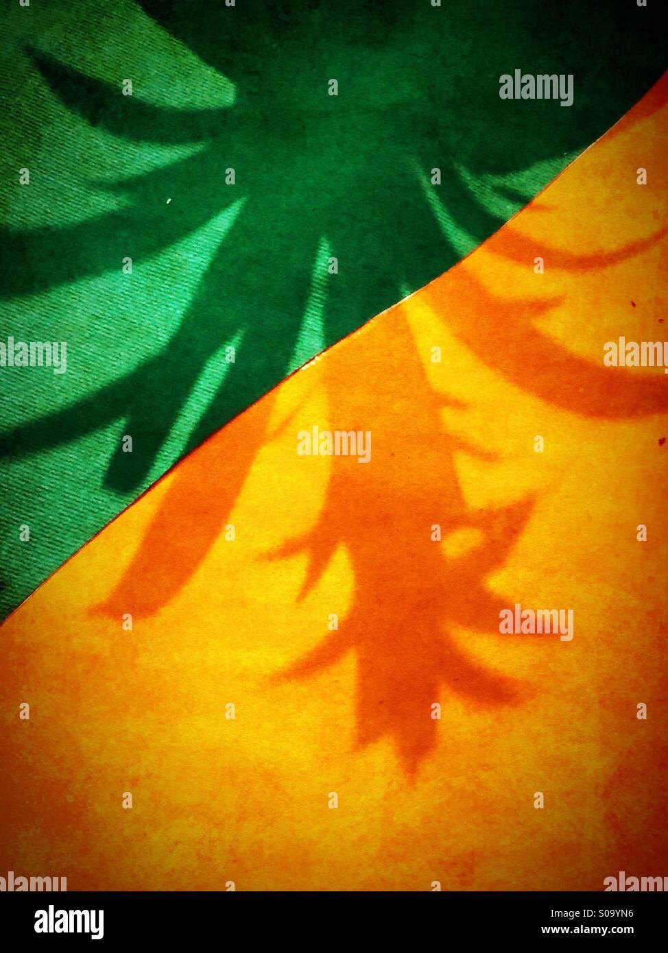 Ein Schatten einer gefälschten Palme auf einer bunten Etage Stockbild