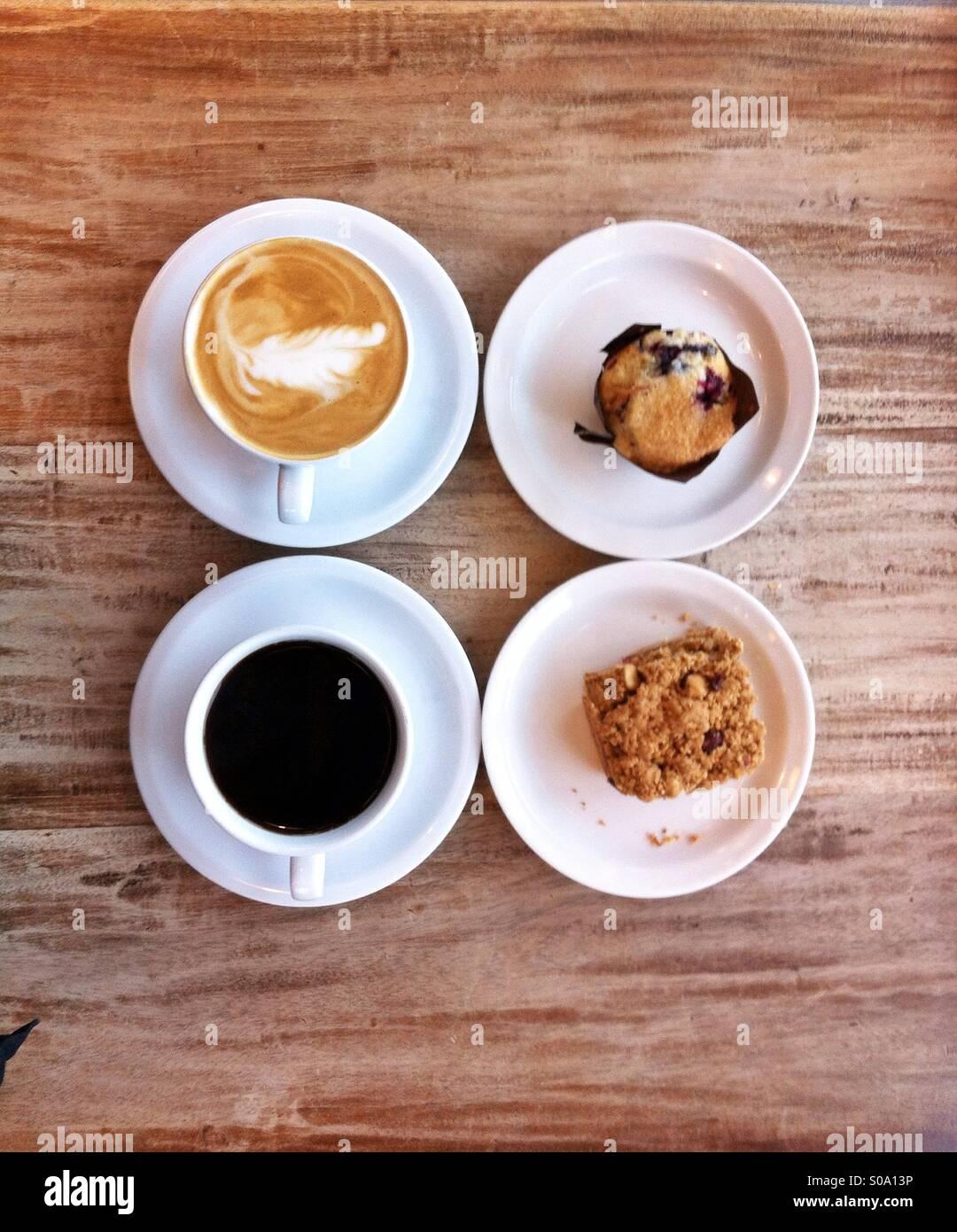 Kaffee Datum Cappuccino Espresso für zwei auf einem Tisch und gebackene vegane Leckereien Stockbild