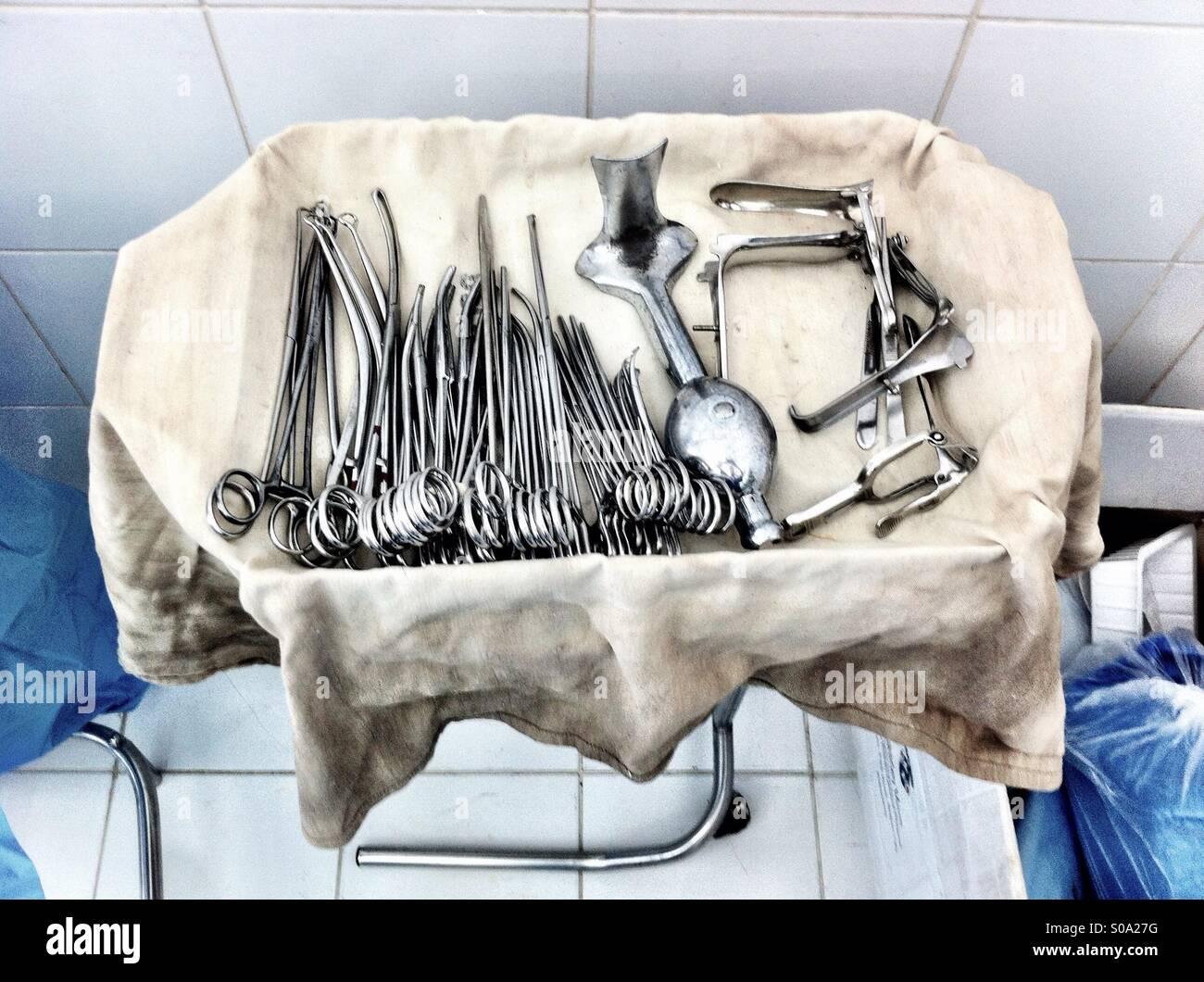 Medizinische und chirurgische Instrumente auf einem Tablett bedeckt mit alten Tuch in einem Krankenhaus in Philippinen Stockbild