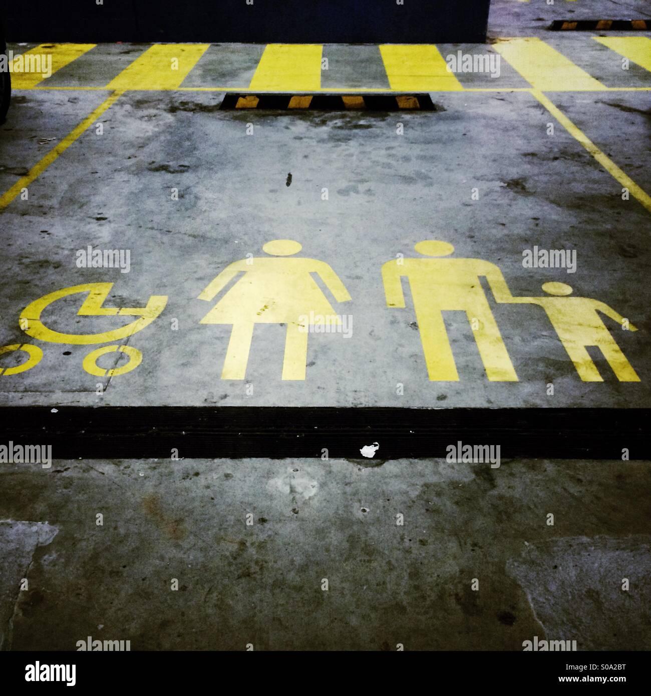 Parkplatz reserviert für Familien mit Kinderwagen Stockfoto