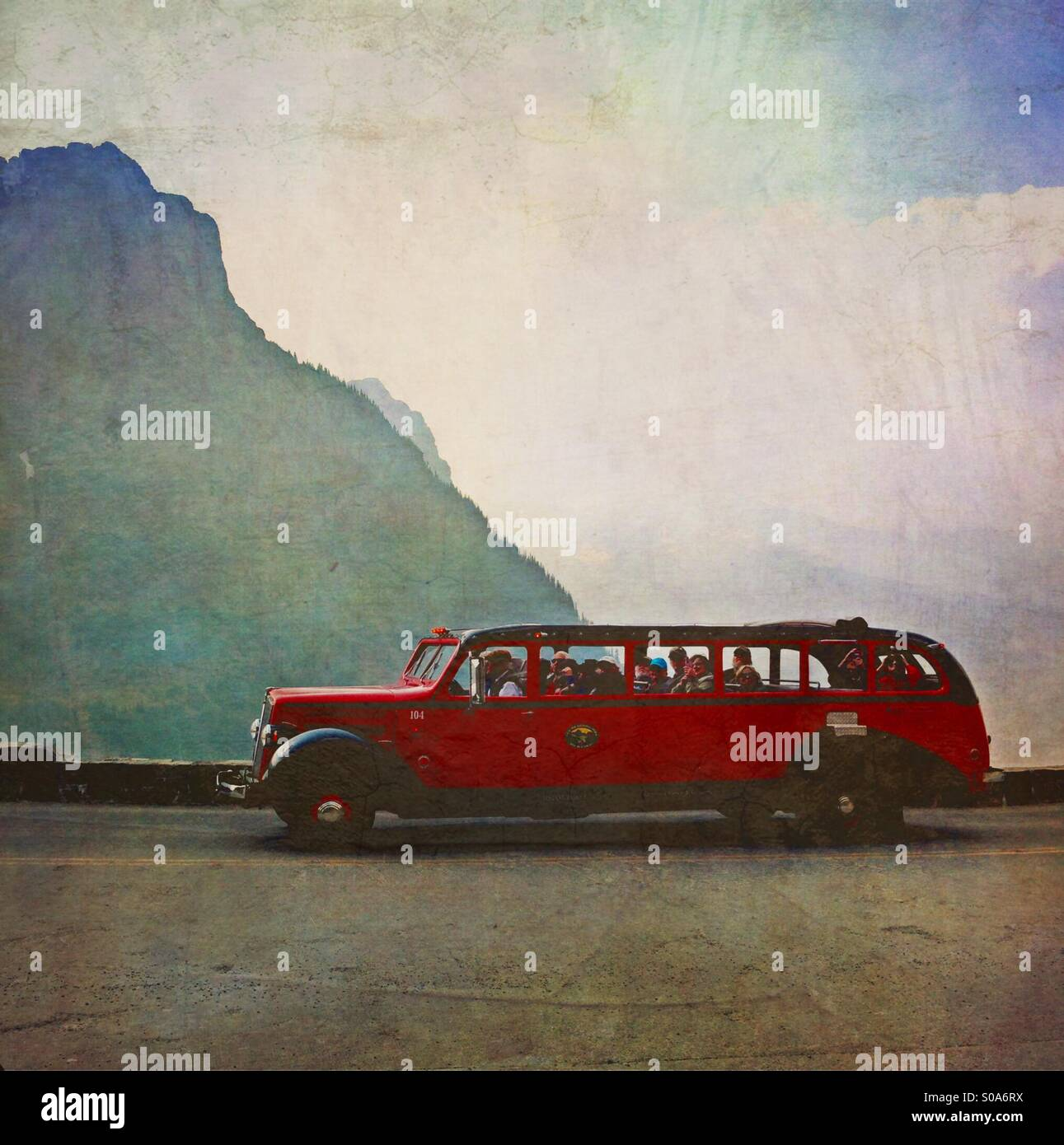 Red Jammer Tourbus in Glacier Nationalpark. Stockbild