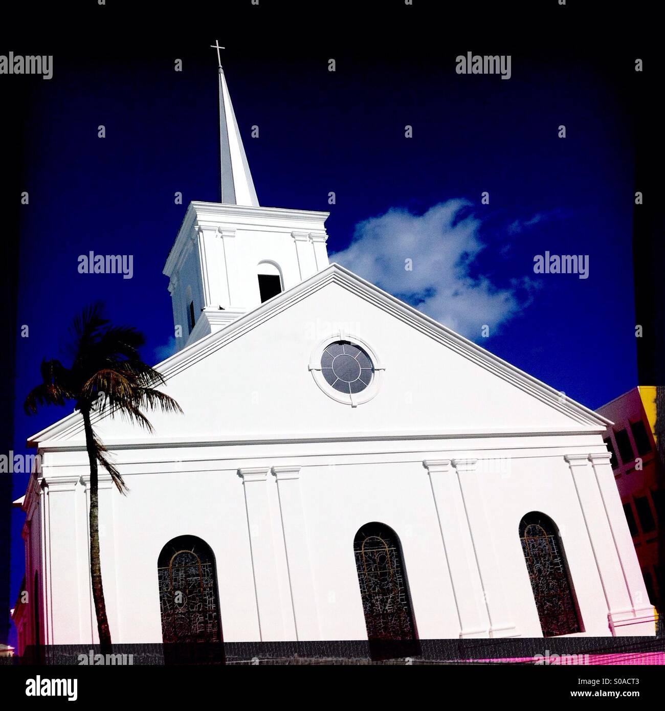 Die markanten weißen Wände des Wesley Methodist Church gegen einen fetten blauen Himmel in Hamilton, Bermuda. Stockbild