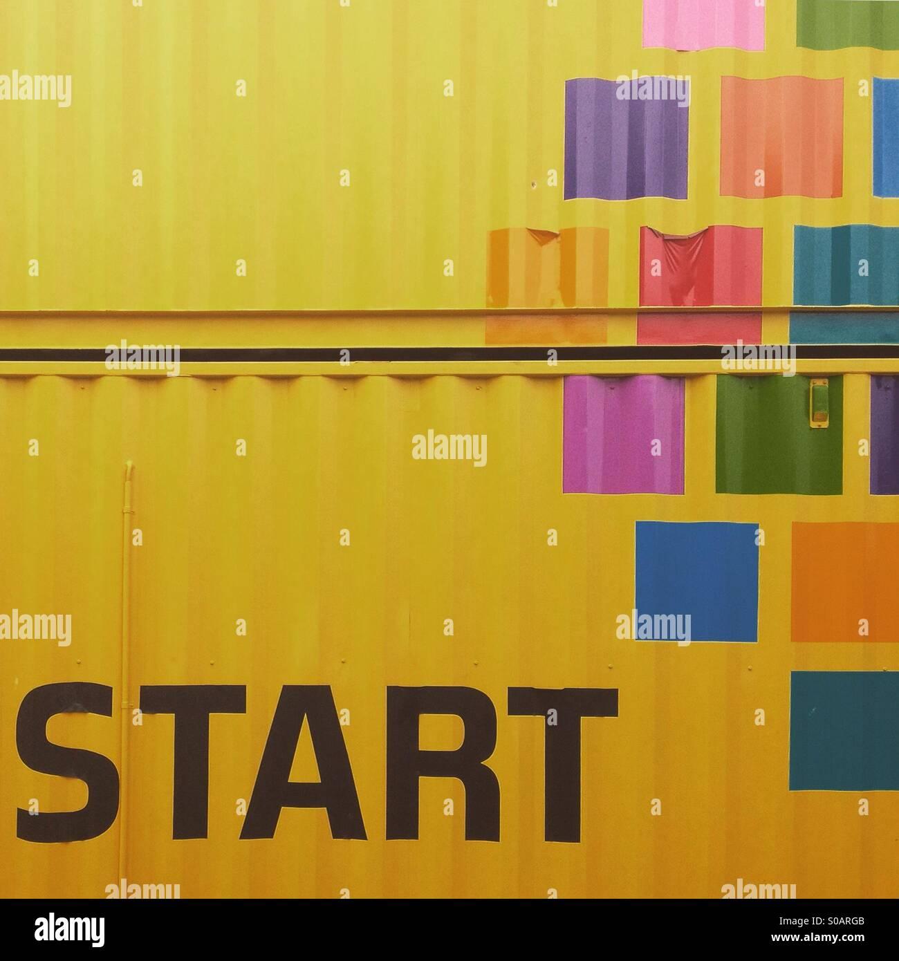 Start Schrift gedruckt auf einem container Stockbild