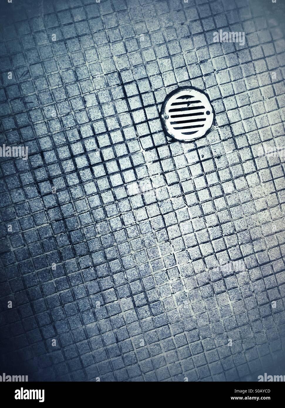 Öffnung im Boden im Bad Fliesen Stockfoto