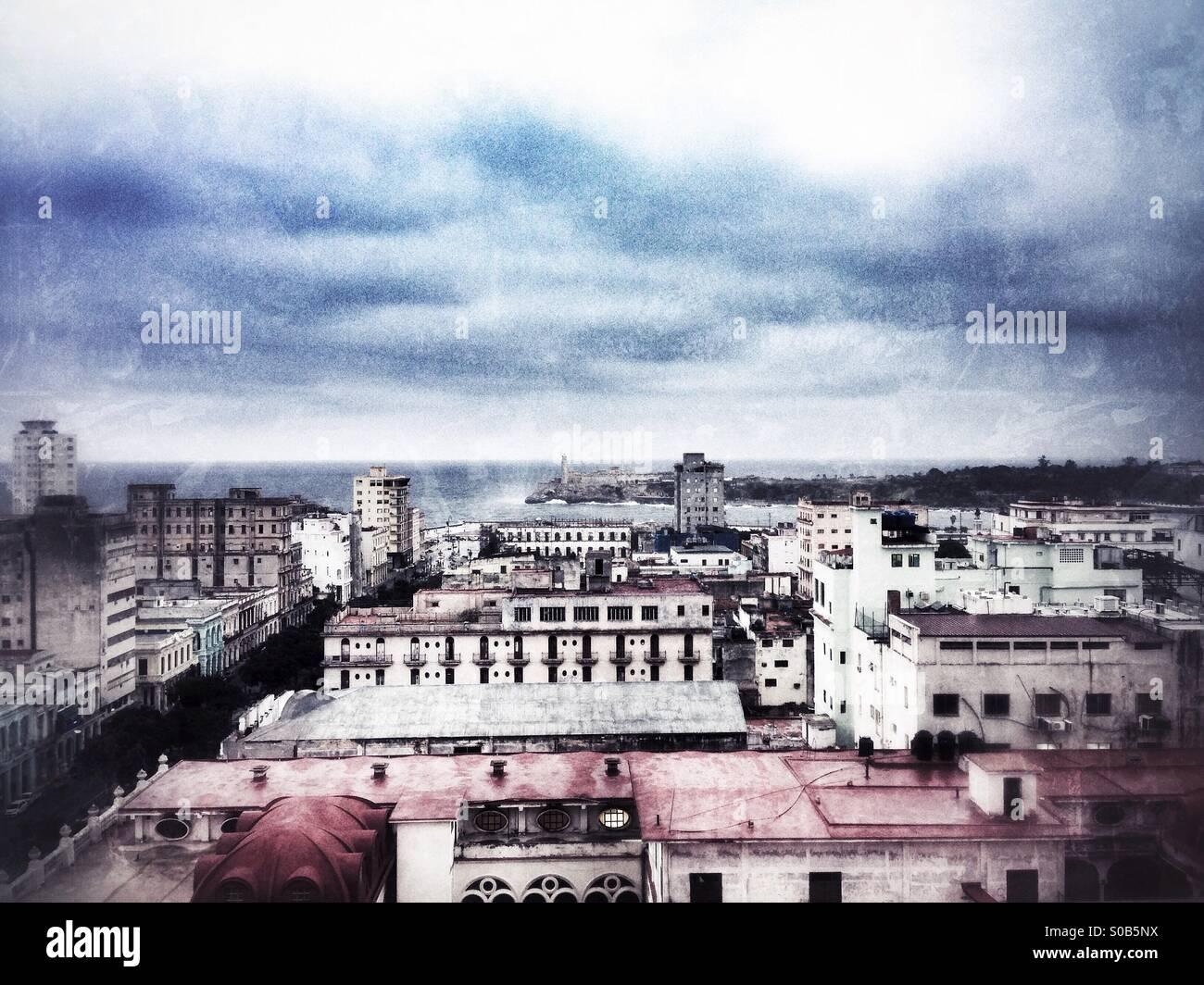 Havanna Stadtbild Blick aus dem Hotel Sevilla, hohe Betrachtungswinkel heraus in Richtung El Morro Leuchtturm suchen. Stockbild