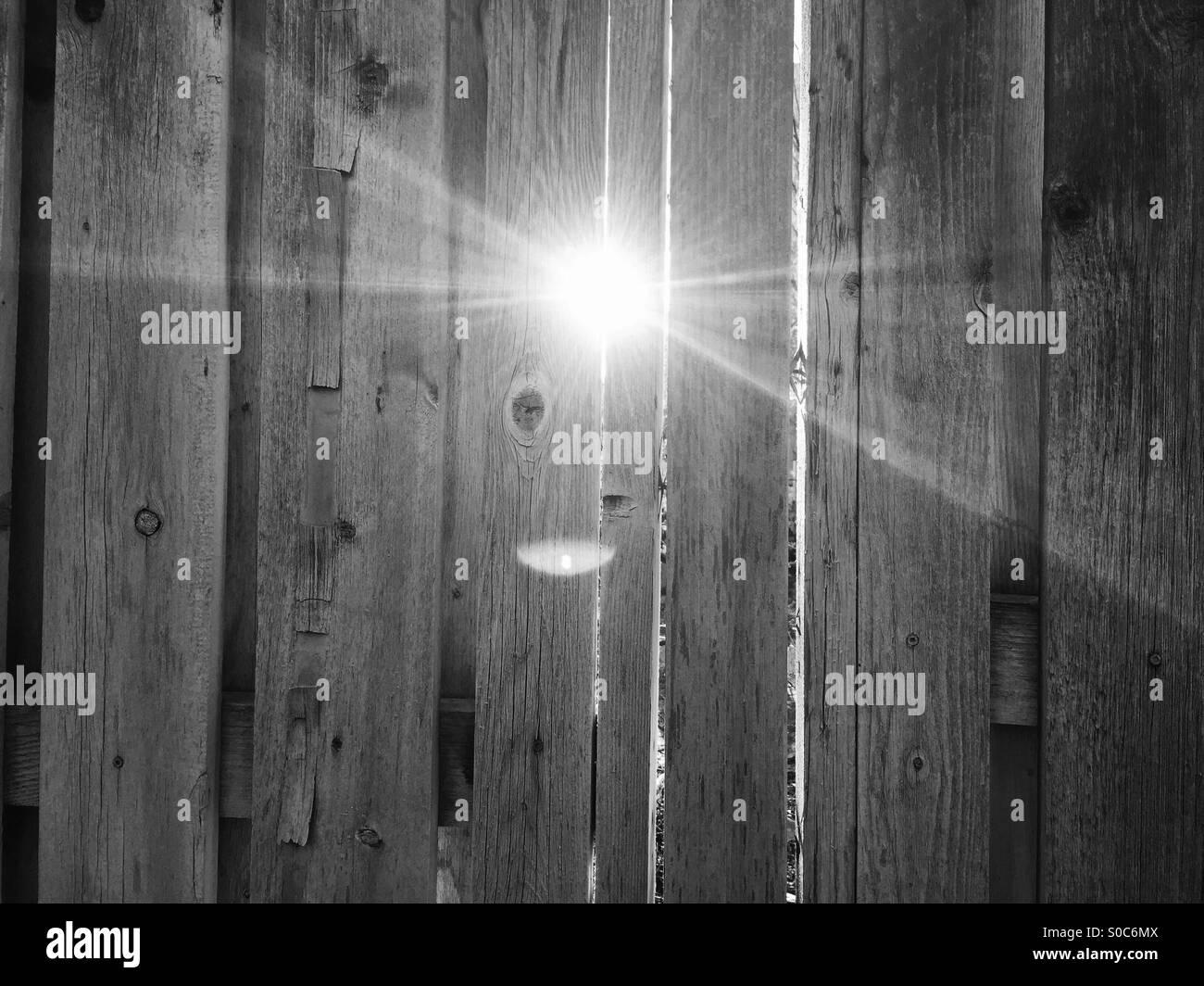 Am Nachmittag hell glänzt durch die Lamellen und Holzzaun am ersten Tag des Frühlings in Salt Lake City, Stockbild