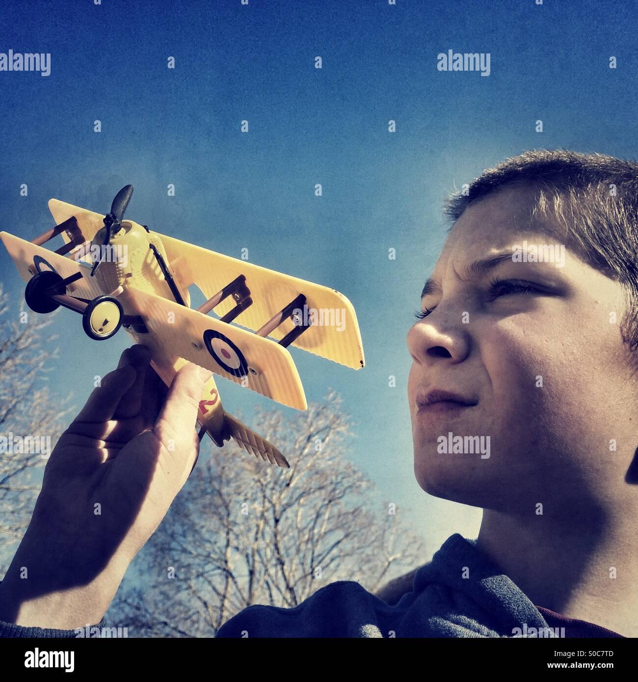 Junge seine Modell-Doppeldecker fliegen Stockbild