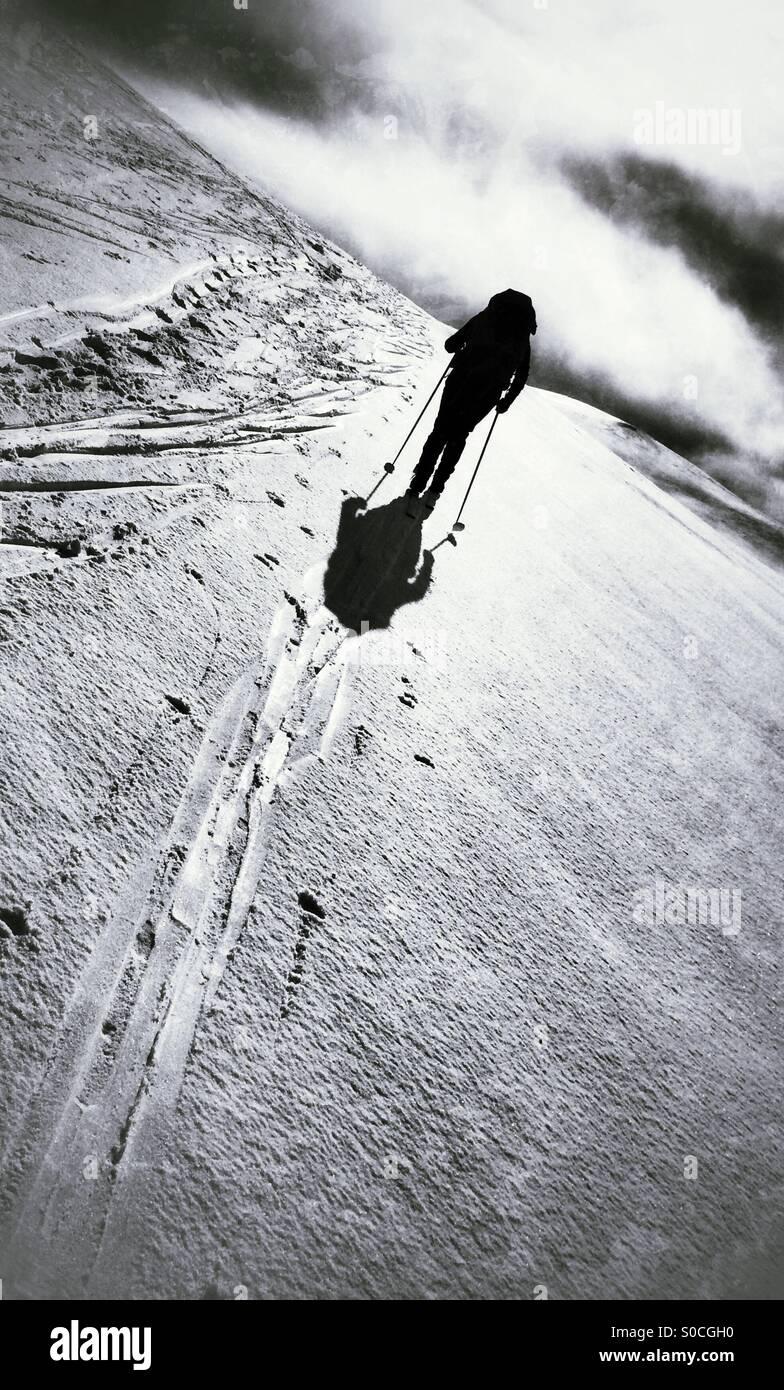 Eine einsame Langläufer Skifahren über die Hardangervidda, Norwegen. Stockbild