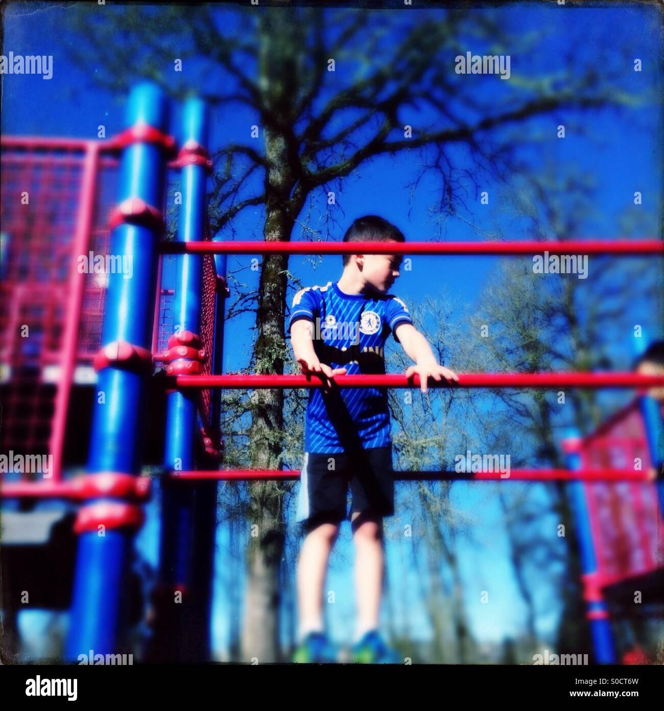 Boy am Spielplatz Spielstruktur Stockbild