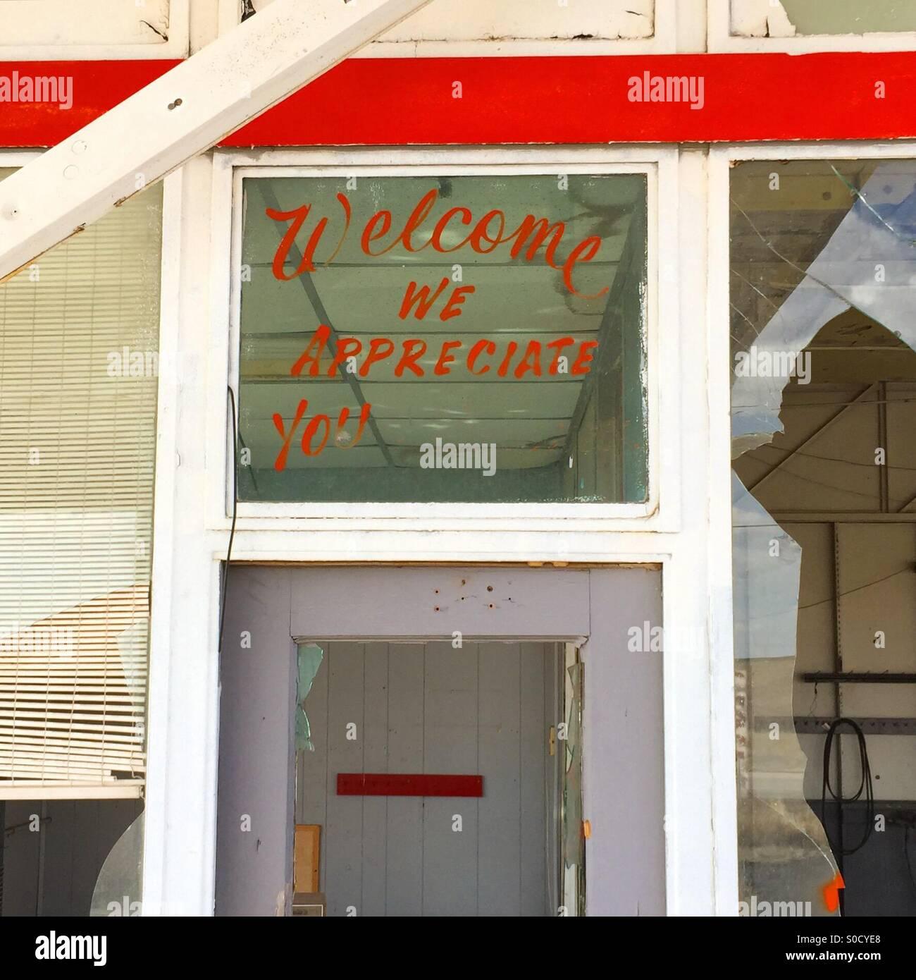 Wir freuen uns Ihnen Zeichen ist immer noch auf ein Fenster in eine verlassene Tankstelle auf der Route 66 in Texas Stockbild