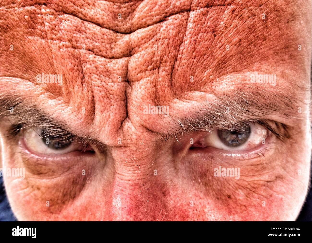 Nahaufnahme von Mann mittleren Alters Stirnrunzeln Stockbild