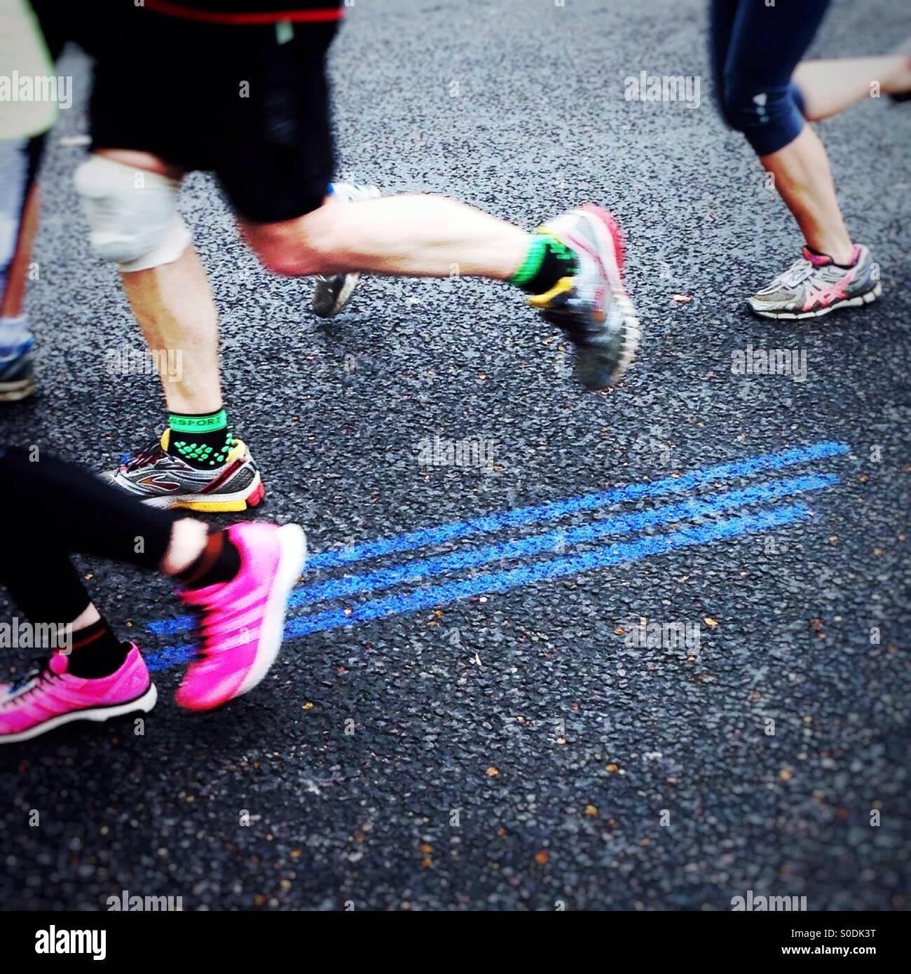 Folgen Sie der blauen Linie. Virgin Money London Marathon 2015 Stockbild
