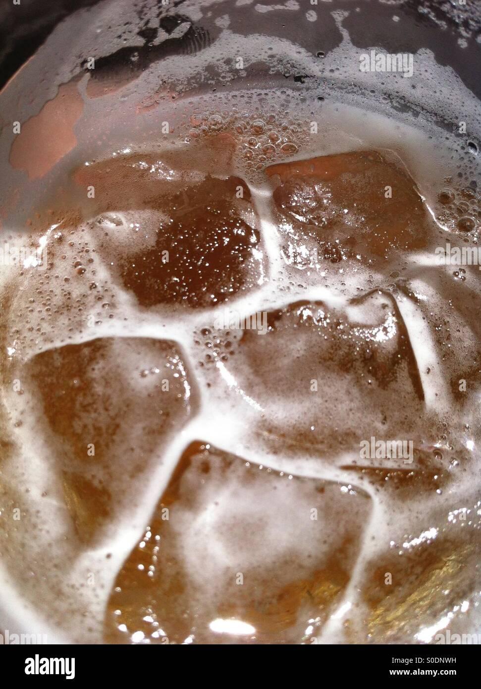 Eiskalten Bier um der Sommerhitze zu brechen Stockbild