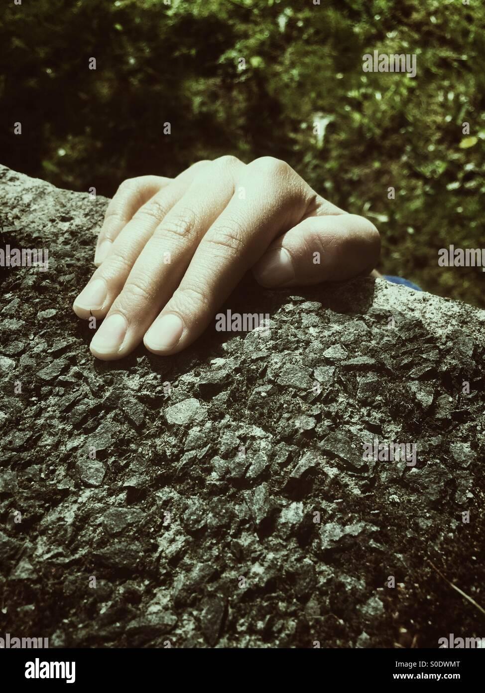 Hand, die an den Rand Stockbild