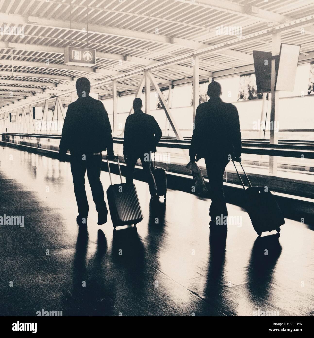 Flughafen-Reisende mit weitermachen Gepäck Stockbild