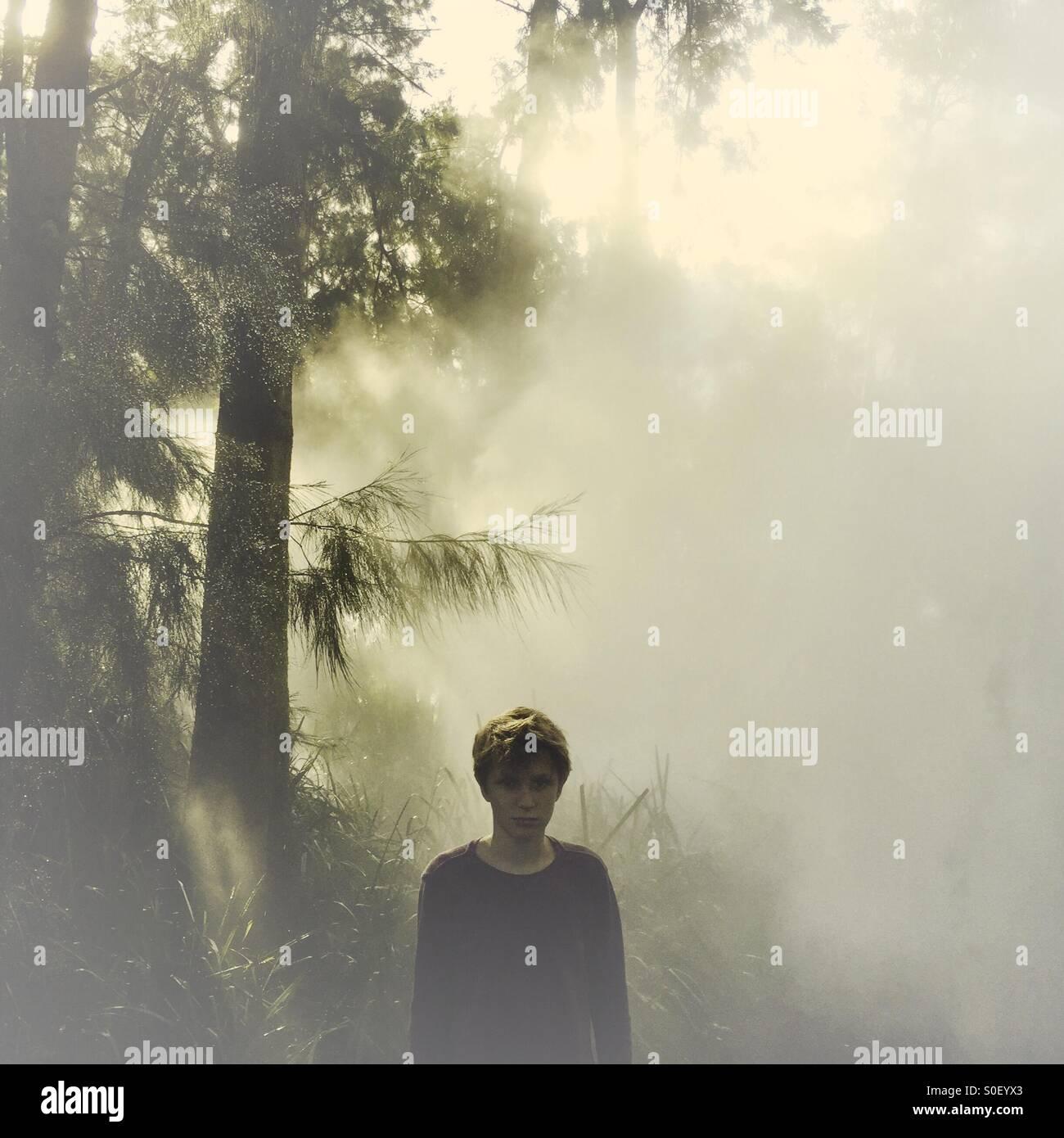 Eine geheimnisvolle Junge im Nebel Stockbild