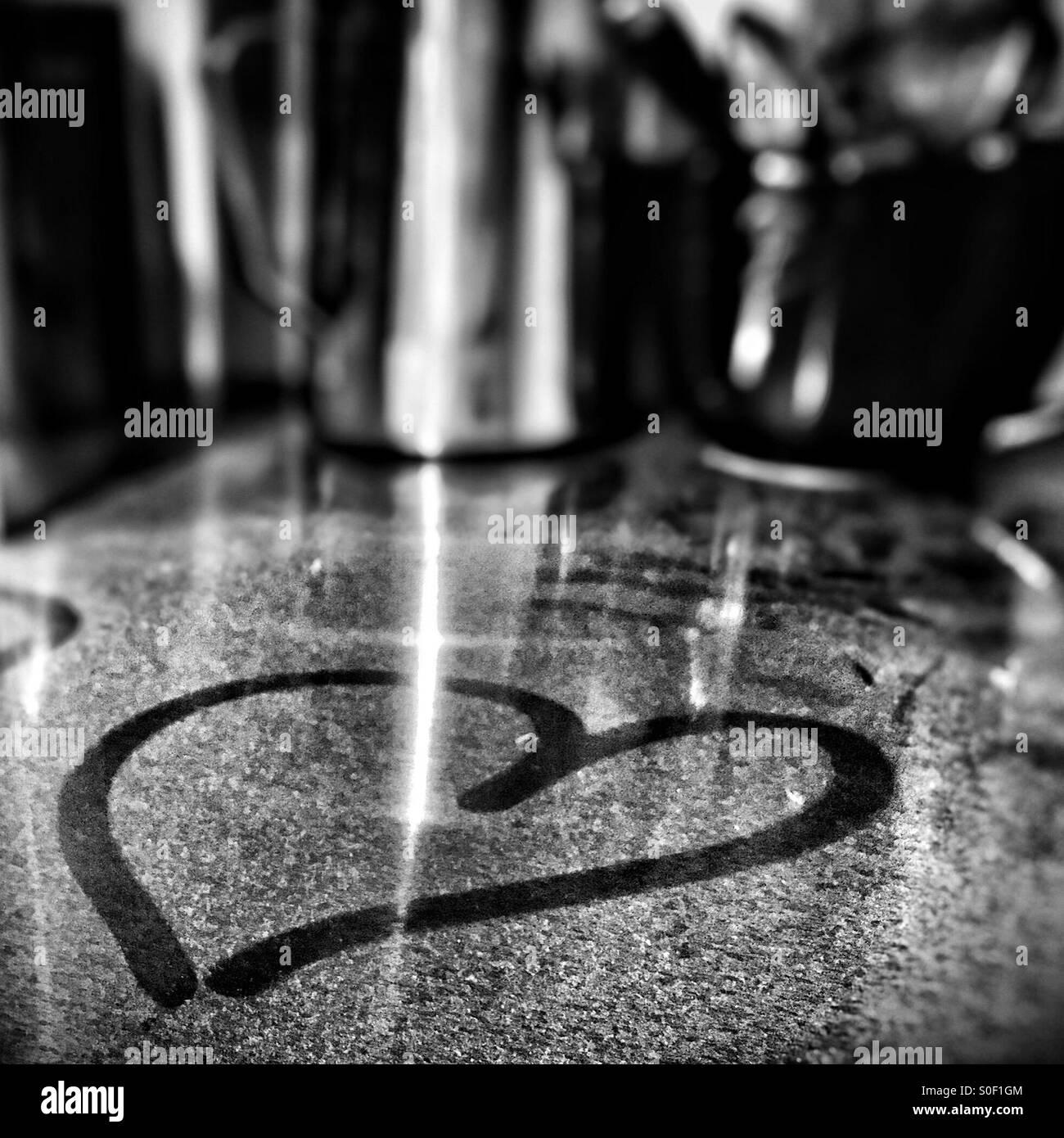 Herz in Mehlstaub auf Bank gezeichnet Stockbild