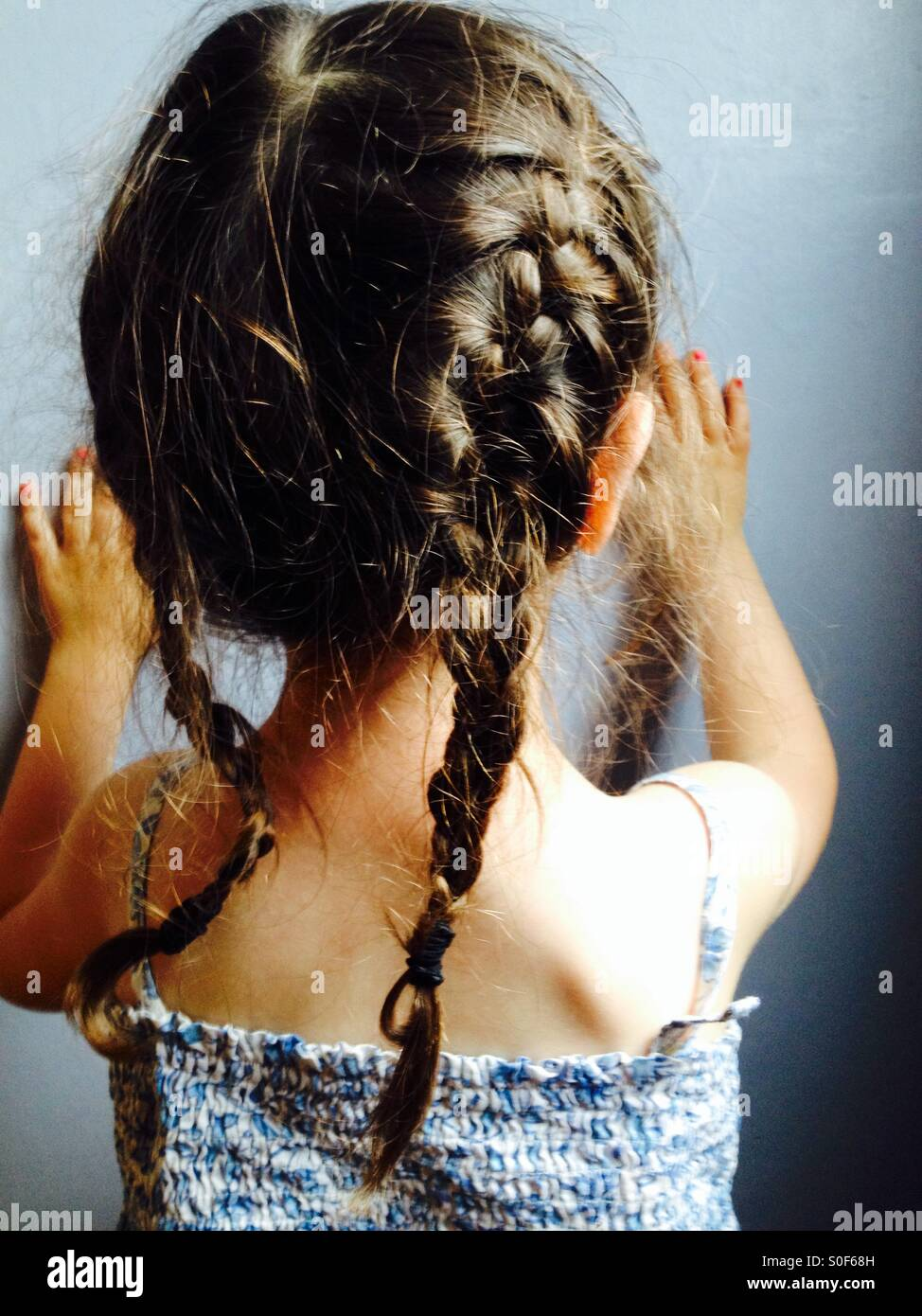 Zöpfen auf ein 3-jähriges Mädchen Stockbild