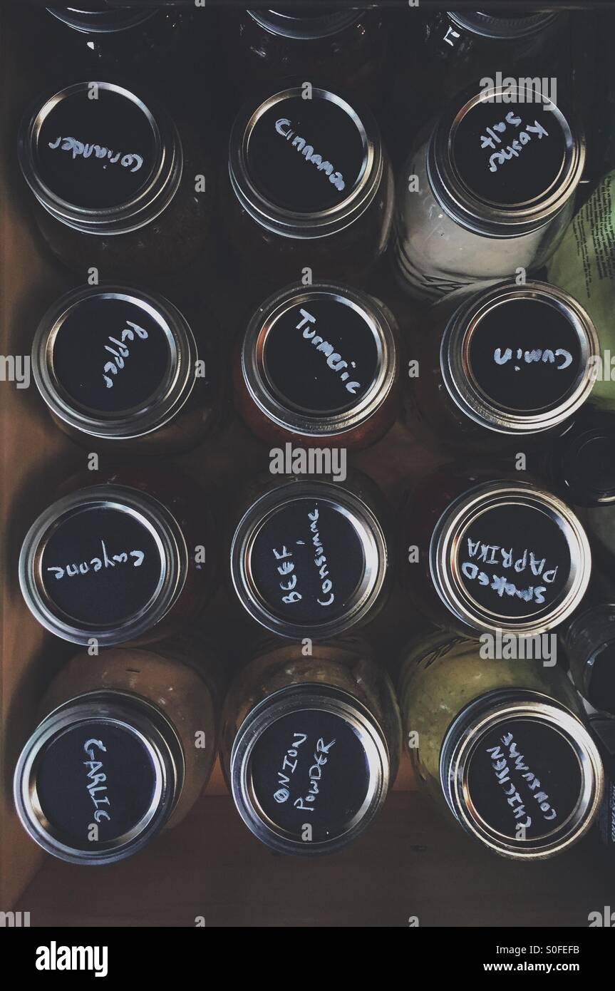 Kreide auf Gewürzdosen in der Küchenschublade Stockfoto, Bild ...