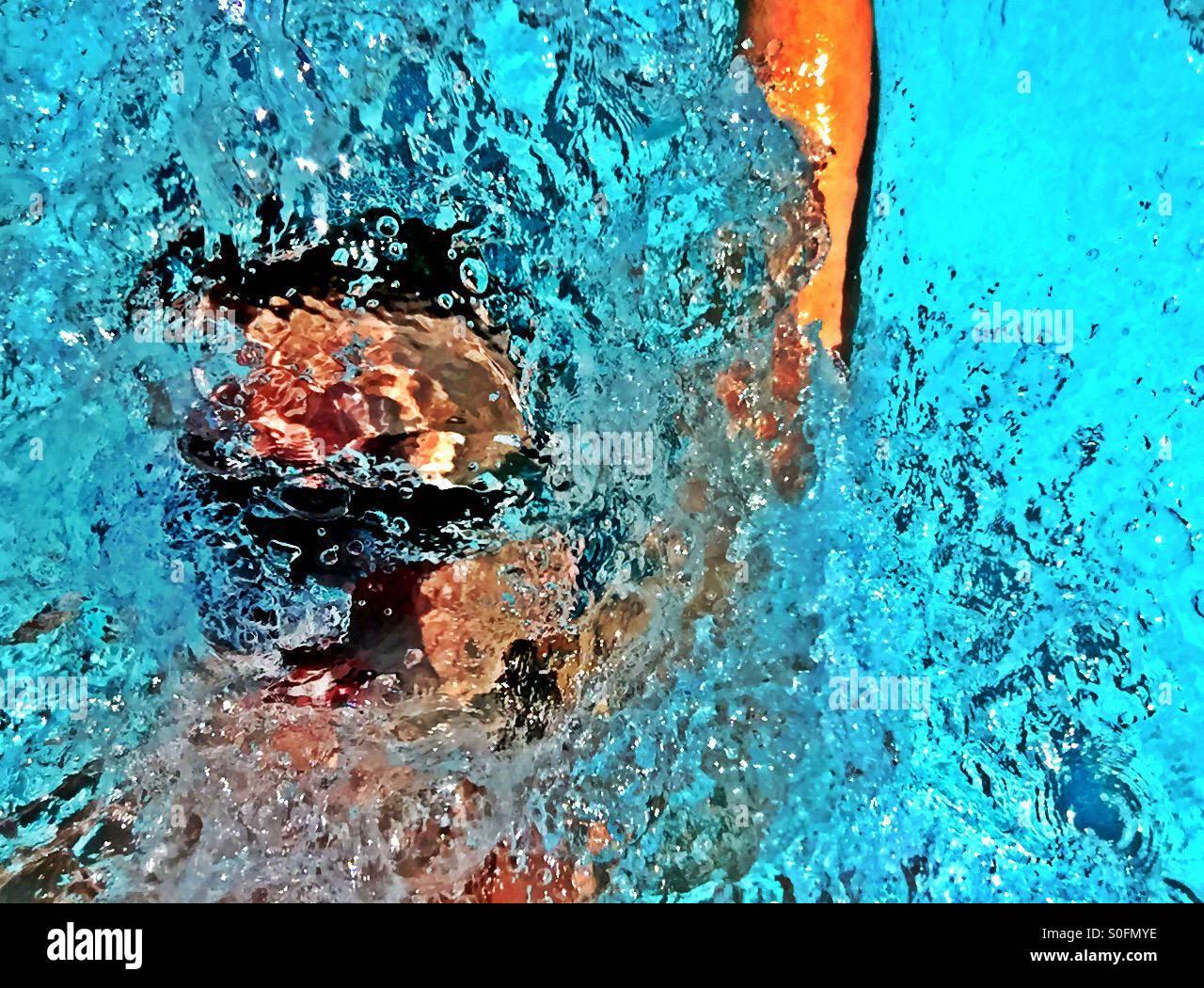 Detailansicht oben glotzte Mann schwimmen Wettbewerb Rücken im Zuge der Wasserspritzer und Bläschen überflutet. Stockbild