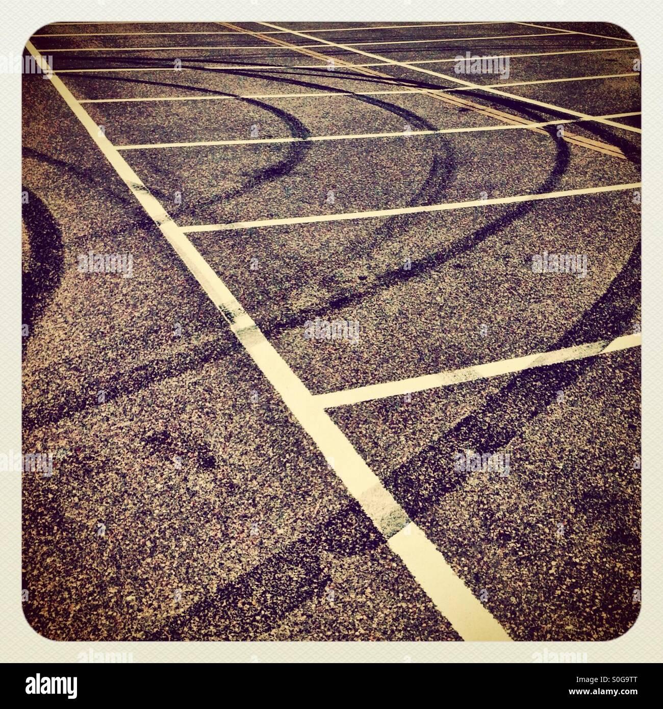 Bremsspuren auf einem Parkplatz Stockbild