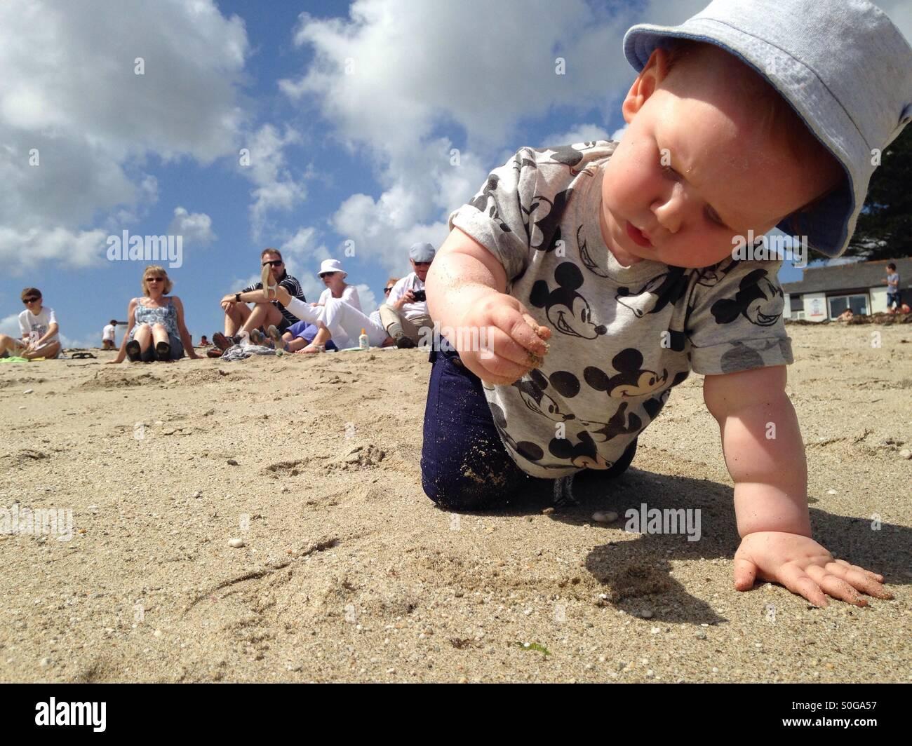 Studium der Sand mit dem Familie anschauen Stockbild