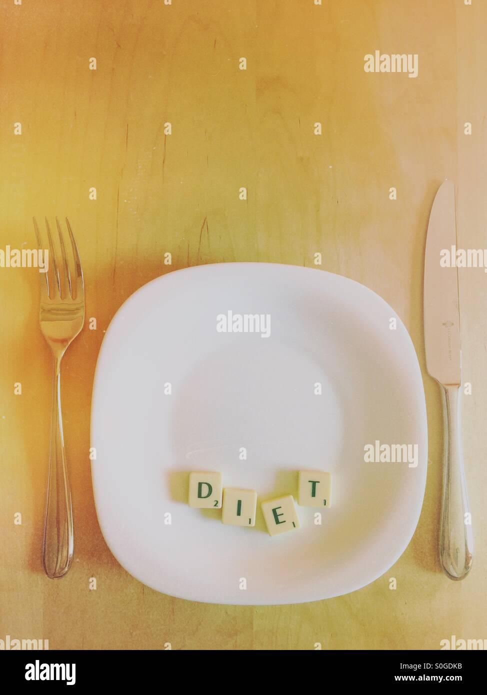 Platte mit dem Wort Ernährung in Scrabble-Buchstaben Stockbild