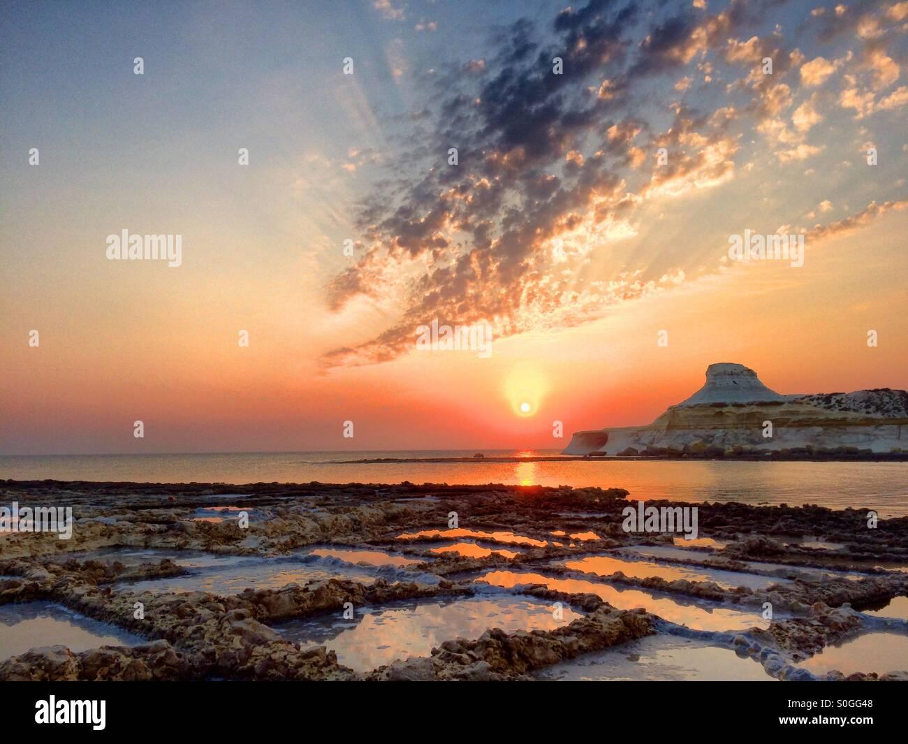 Sonnenaufgang über aktiv geernteten Salinen Stockbild