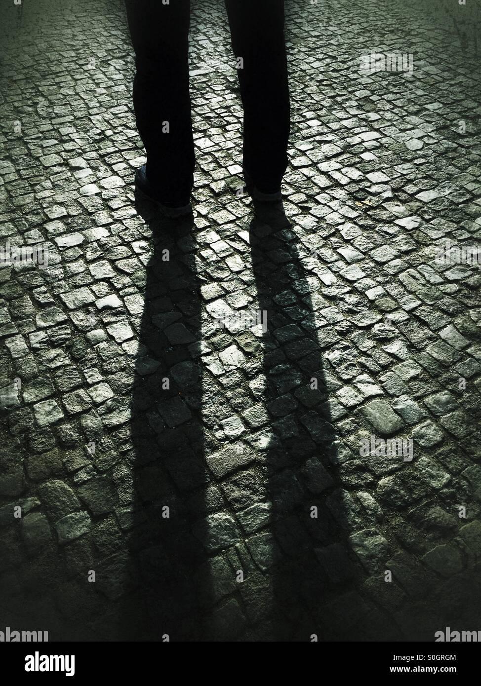 Mann auf gepflasterten Straße Stockbild