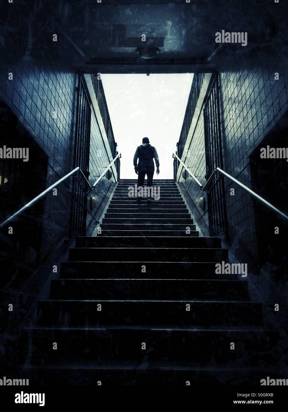 Mann geht die Treppe hinauf Stockbild