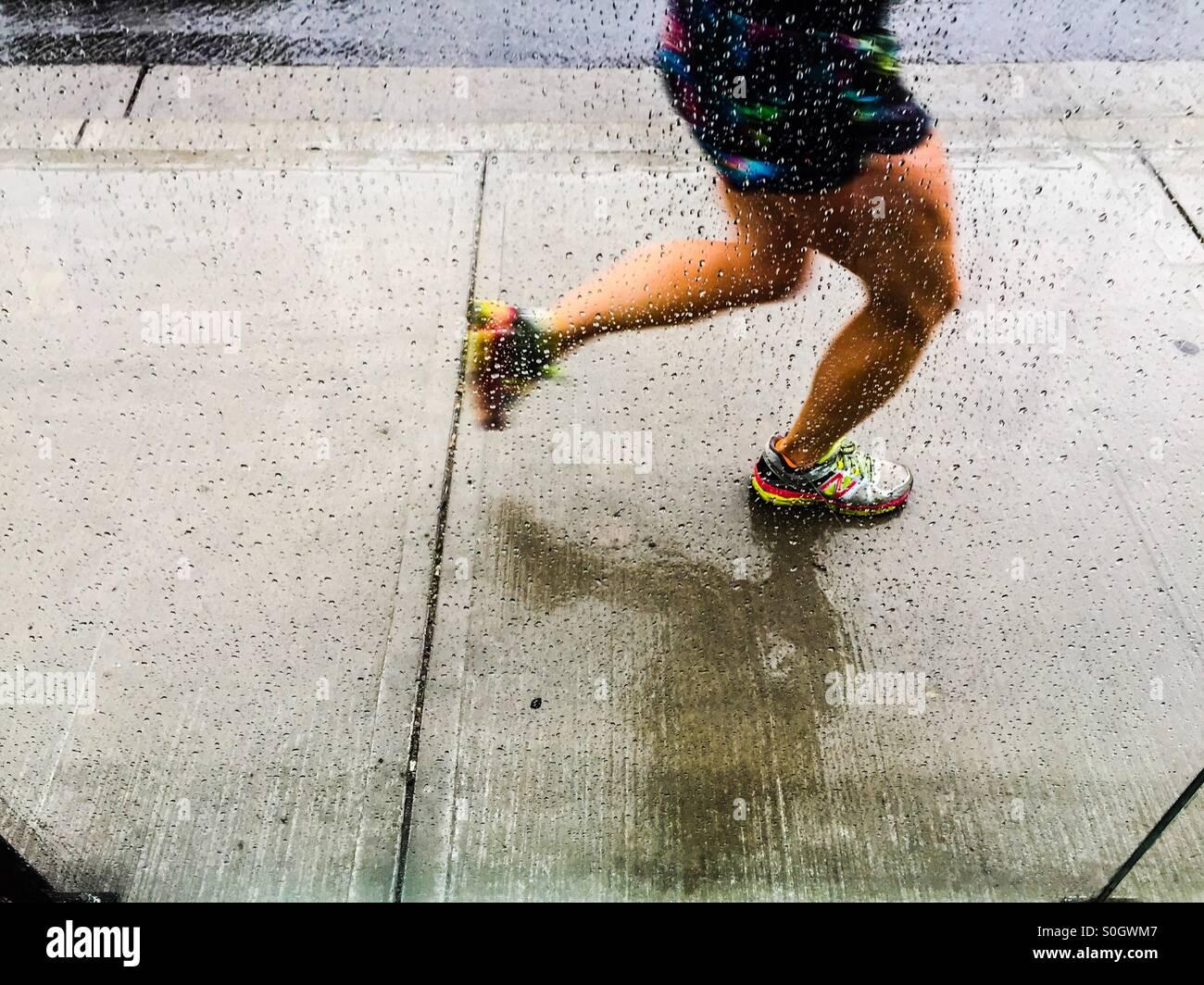 Jogger im Regen Stockbild