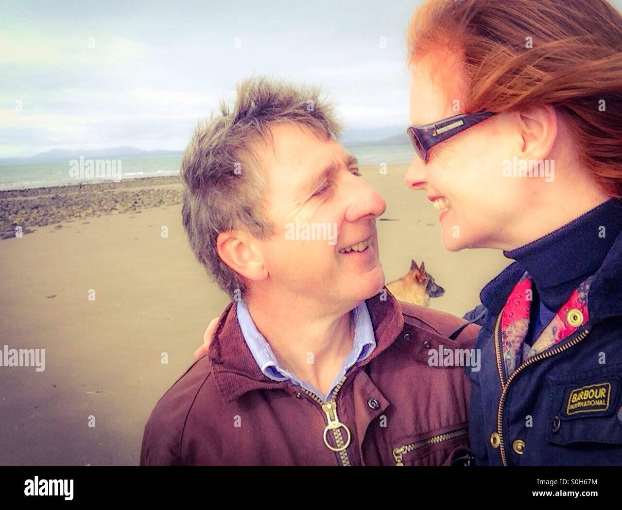 Mann und Frau am Strand von Harlech. Stockbild