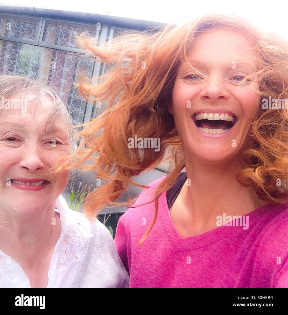 Mutter und Tochter Lachen und scherzen Stockfoto