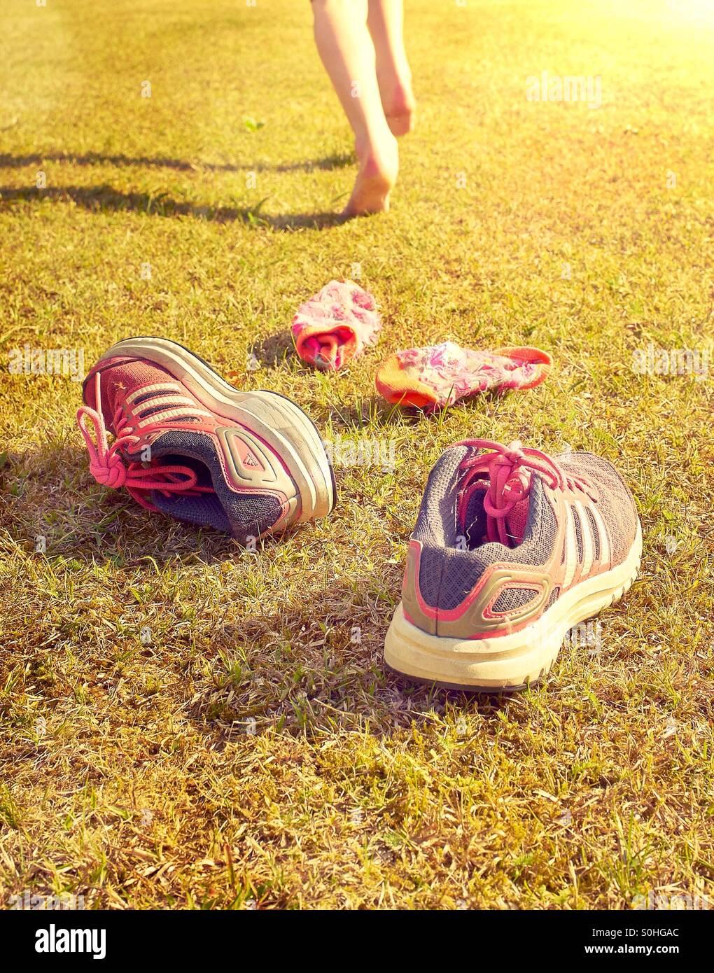 Der Sommer ist da - keine Notwendigkeit für Socken und Schuhe Stockbild