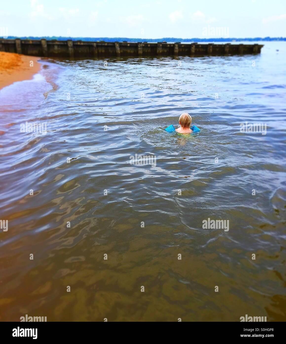 Kleinkind Schwimmen im Fluss Schießpulver Stockbild